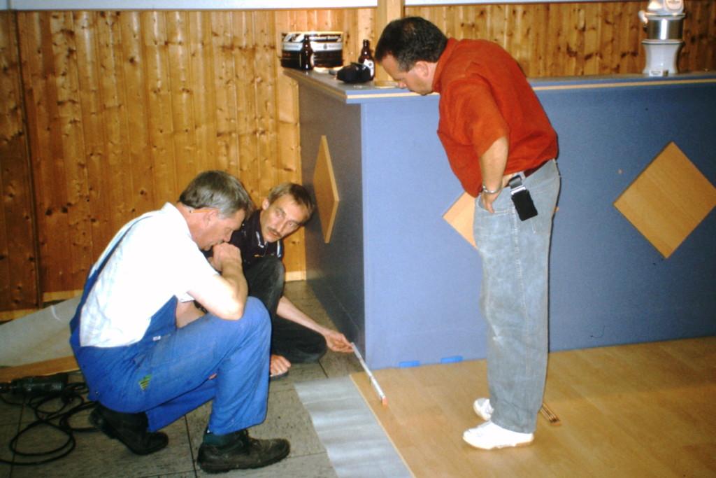 Verlegung des neuen Fußbodens im DGH